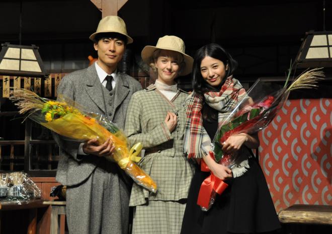 朝ドラの主役をバトンタッチ。右から吉高由里子さん、シャーロット・ケイト・フォックスさん、玉山鉄二さん