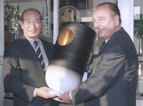 「シラク杯」を時津風理事長に手渡すシラク大統領=2000年7月20日