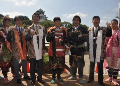 大阪城をバックにしたアッコさん(中央)