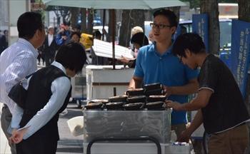 お昼のオフィス街ではおなじみの光景となった弁当の路上販売=2013年5月16日、東京都中央区日本橋本石町、仙波理撮影