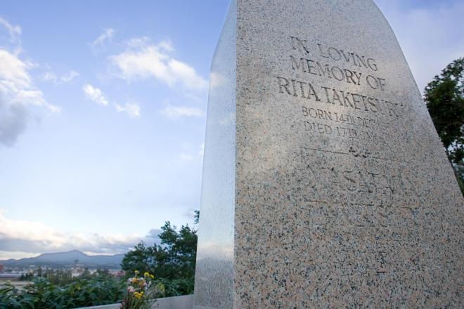 蒸留所を見渡す山の上にある、竹鶴とリタが眠る墓
