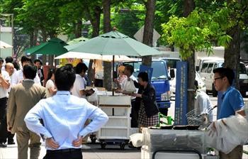 弁当の路上販売=2013年5月16日、東京都中央区日本橋本石町