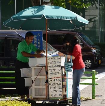 弁当が入った衣装ケースにメニュー表を貼り、販売する業者=2014年9月30日、中央区日本橋本町3丁目