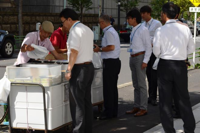 昼休みになると、弁当にサラリーマンが列をつくる=2014年9月30日、中央区日本橋室町3丁目
