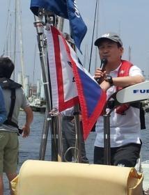 太平洋横断に向け出発する辛坊治郎さん=2013年6月8日、大阪市此花区の大阪北港ヨットハーバー