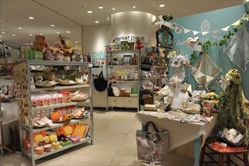 期間限定で様々な店が営業するヒカリエのスペース「マーケットプレイス」=2012年4月24日
