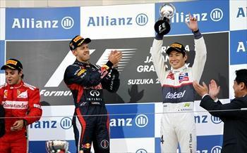F1日本グランプリで3位入賞を果たし、表彰台でトロフィーを掲げるザウバー・フェラーリの小林可夢偉=2012年10月7日、三重県・鈴鹿サーキット
