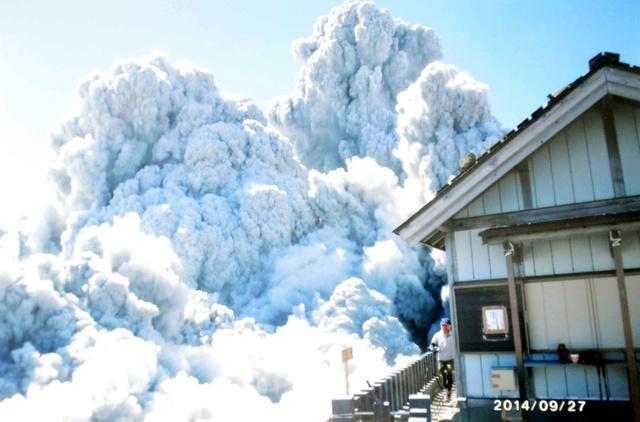 野口泉水さんが最後に撮影した1枚。山頂付近で噴煙が舞い上がる様子が写る=9月27日、妻弘美さん提供