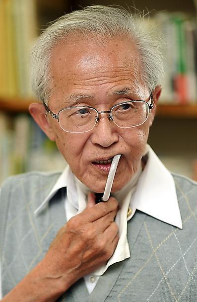 井垣康弘さん。40年生まれ。67年裁判官に任官、05年の退官後に弁護士。退官直前にがんを患い声帯を摘出、笛式人工喉頭(こうとう)を使う。著書に「少年裁判官ノオト」など。=豊間根功智撮影