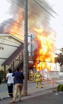 炎を上げて燃える林下さん宅=近隣住民提供