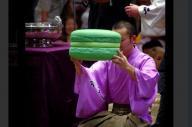 大相撲の表彰式に登場する巨大マカロン
