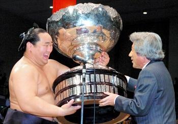 7連覇を達成し、小泉純一郎首相から内閣総理大臣杯を手渡された朝青龍=2005年11月27日