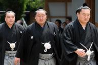 熱田神宮奉納土俵入り前に参拝に向かう(右から)白鵬、朝青龍、日馬富士=2009年7月4日