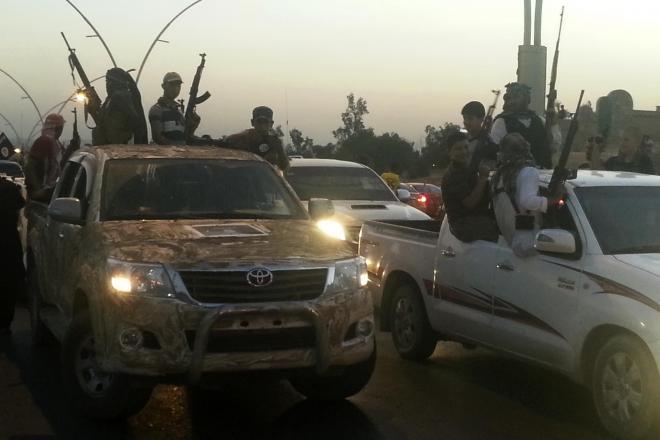 イスラム国の兵士たち=イラク北部モスル、6月23日撮影