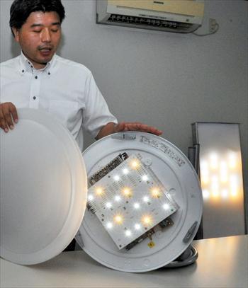 何色ものLEDライトを組み合わせた照明。コンピューターで光の量を自動制御する=2013年8月8日、名古屋市千種区