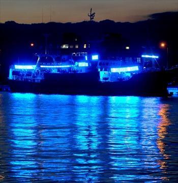 2007年10月18日青色発光ダイオードが取り付けられた試験船「開運丸」。点灯すると、青い光が海面に広く反射した=2007年10月18日、青森県八戸市で.
