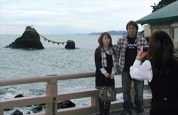 夫婦(めおと)岩に向かって男性が女性への愛や感謝の気持ちを叫ぶイベントが開かれる二見興玉(ふたみおきたま)神社=2009年11月12日、三重県伊勢市二見町