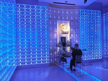青色LEDが輝く納骨堂=名古屋市中区大須の万松寺