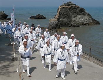 二見興玉神社に参拝し、夫婦岩の前を歩く各町の代表者ら=2013年4月4日、三重県伊勢市