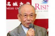 ノーベル物理学賞受賞が決まり記者会見する名城大の赤崎勇教授=7日午後7時16分、名古屋市、高橋雄大撮影