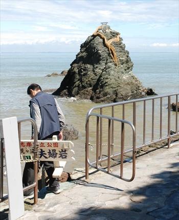 二見興玉神社の夫婦岩は、しめ縄が5本とも切れた=2012年10月1日、伊勢市二見町