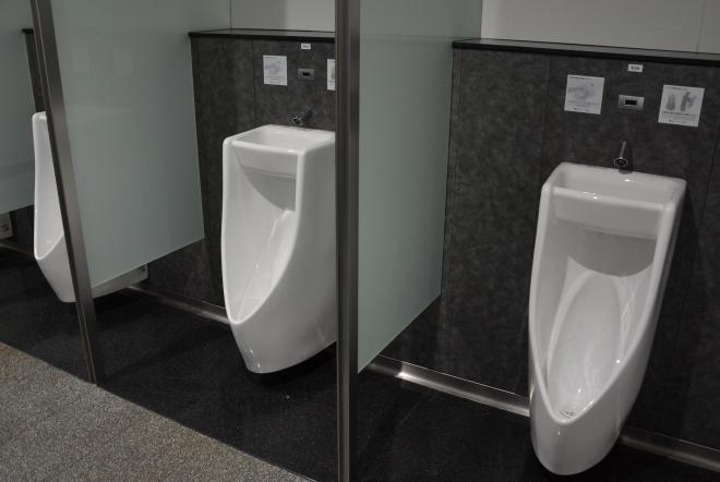 大津サービスエリア(SA)の「手洗い器つき小便器」が並ぶ男子トイレ。下り線側のSAにあるので、使いたい方はご注意を=大津市