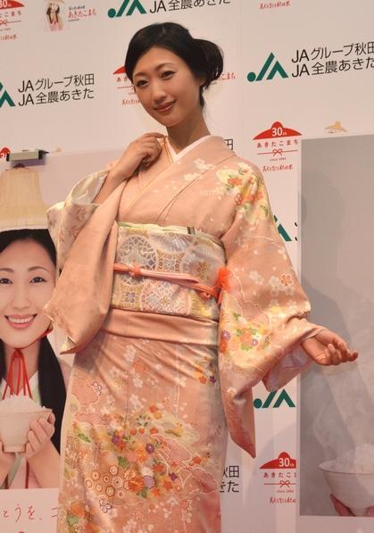 日本舞踊の心得があり、着物の着こなしはお手のもの