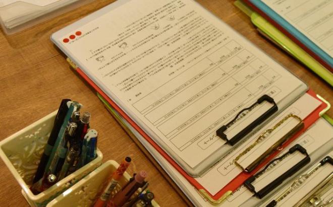アンケート用紙と筆記用具