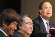 経営統合の記者会見であいさつするKADOKAWAの角川歴彦会長(右端)と、笑顔を見せるドワンゴの川上量生会長(左)=2014年5月14日、東京都内、関田航撮影