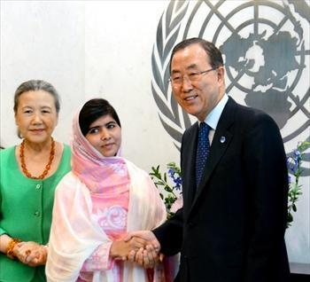 国連を訪れて、潘基文事務総長と握手するマララ・ユスフザイさん=2013年7月12日、ニューヨーク