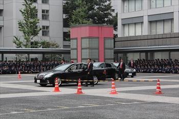 警察学校に入校中の警察官が見守るなか、警備部の警察官が要人を守る訓練を実演した=2014年10月1日、府中市朝日町3丁目