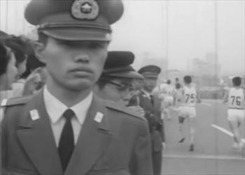 マラソンを警備する警察官