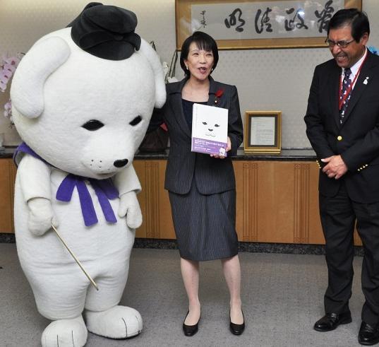 高市大臣が実は「猫派」と分かり、がっくり肩を落とす雪丸