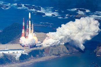 静止気象衛星「ひまわり8号」を載せ打ち上げられるH2A25号機=2014年10月7日、鹿児島・種子島宇宙センター、本社機から、上田幸一撮影