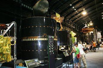 気象衛星「ひまわり」など歴代の人工衛星がずらりと並ぶ=2010年8月17日、つくば市の宇宙航空研究開発機構筑波宇宙センター