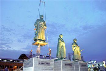 台風に備えて撤去される坂本龍馬など3志士像=2014年10月11日、高知市