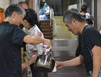 台風19号で避難所となった施設では、お湯やレトルト食品が準備された=2014年10月11日、那覇市