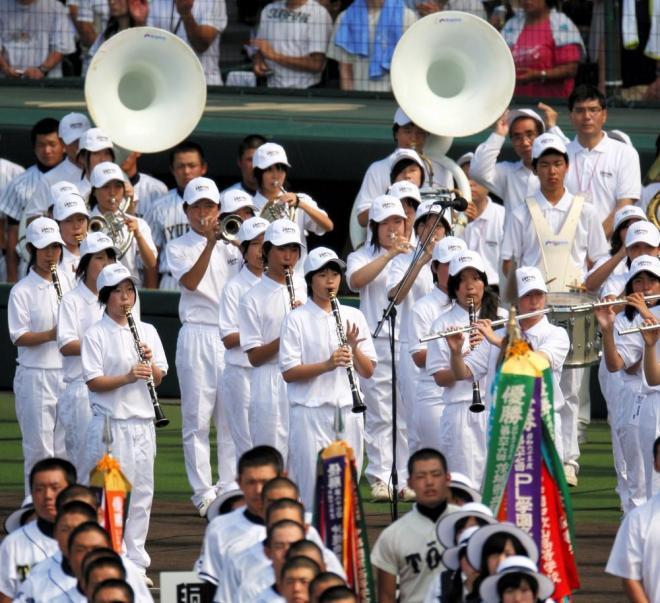 大会歌「栄冠は君に輝く」が演奏され合唱の歌声が響く阪神甲子園球場=杉本康弘撮影