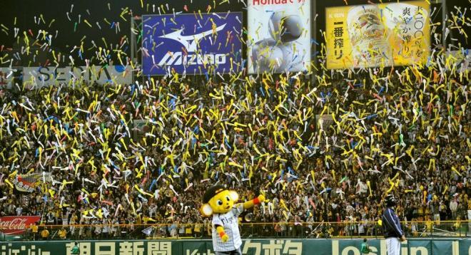 7回の攻撃前にジェット風船をあげ、盛り上がる阪神ファン =遠藤真梨撮影