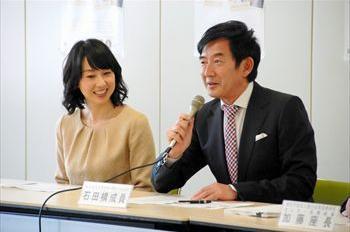 麻疹・風疹を予防するワクチン接種を呼びかける石田純一さん、東尾理子さん夫妻=2013年3月8日、厚生労働省