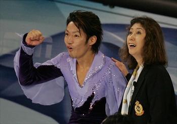 高橋大輔さんと長光歌子コーチ=2005年10月21日、藤脇正真撮影