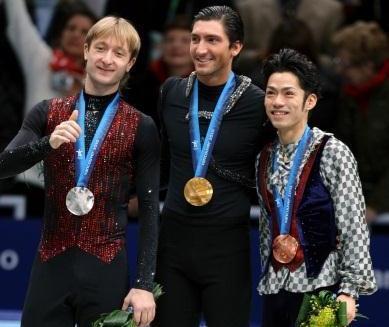 バンクーバー五輪で日本男子初のメダル獲得。中央は金メダルのライサチェク(米)、左は銀メダルのプルシェンコ(ロシア)=2010年2月18日、上田幸一撮影