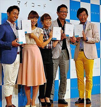 遺伝子検査「マイコード」のサービス開始会見で検査キットを手にする石田純一さん(右端)=2014年8月12日、東京都港区