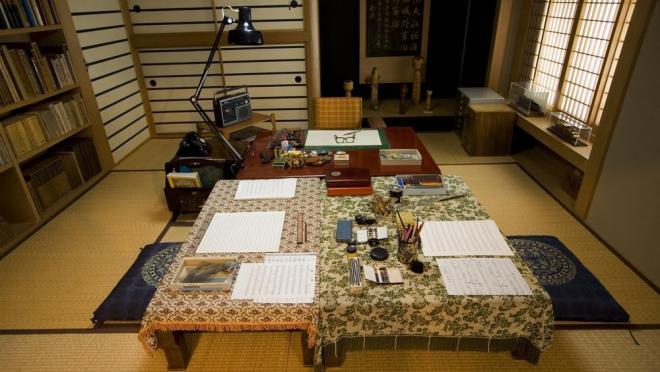復元された古関裕而さんの書斎。三つの机が置かれ、順番に作曲していった=08年7月、福島市の古関裕而記念館、内藤久雄撮影