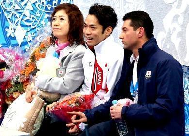 ソチ五輪で、ショートプログラム(SP)の演技後、得点の発表を待つ高橋大輔と長光歌子コーチ(左)、モロゾフコーチ(右)=飯塚晋一撮影