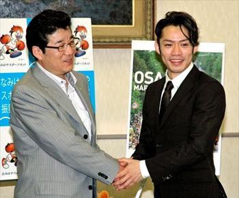 松井一郎・大阪府知事(左)を表敬訪問した高橋大輔さん=2012年5月17日