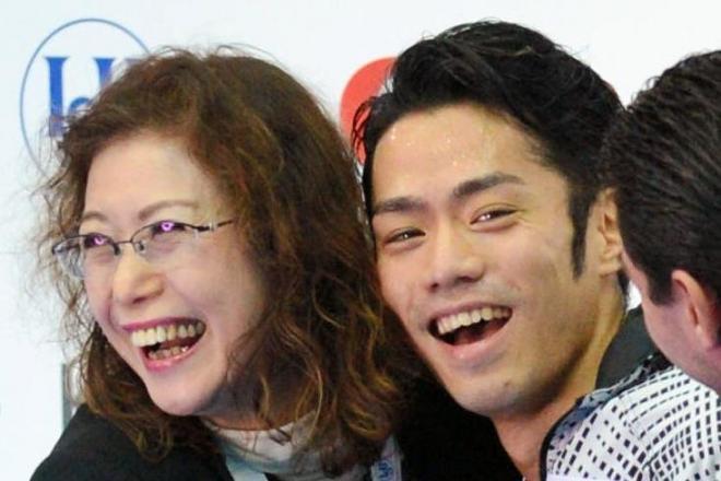 長光歌子コーチ(左)らと抱き合って喜ぶ高橋大輔さん=2012年12月8日
