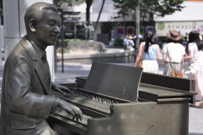JR福島駅前には古関裕而さんの功績をたたえる銅像がある =藤原慎一撮影