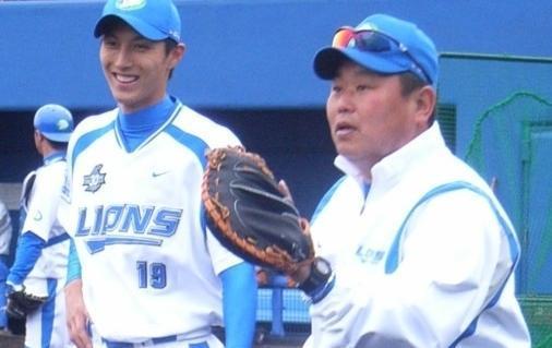 平野将光と並んでキャッチボールをする大久保博元コーチ
