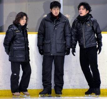 高橋大輔を全体的に指導する長光歌子氏(左)と、ジャンプをメーンに教える本田武史氏(中央)=2010年1月12日、坂上武司撮影